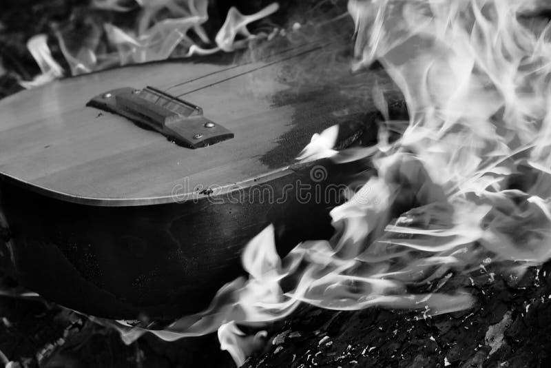 Zwart-witte gitaar in vlam royalty-vrije stock afbeeldingen