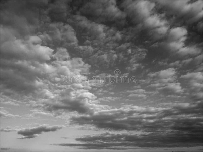 Zwart-witte hemel, wolken stock afbeeldingen
