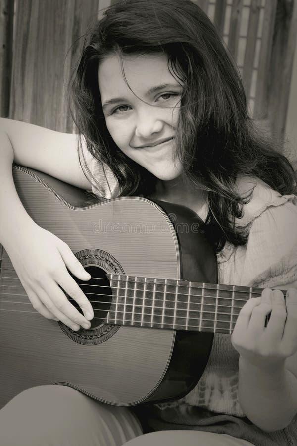 Zwart-witte het meisje van de muziek stock foto