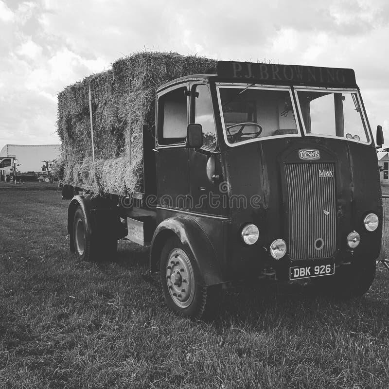 Zwart-witte hooivrachtwagen royalty-vrije stock afbeeldingen