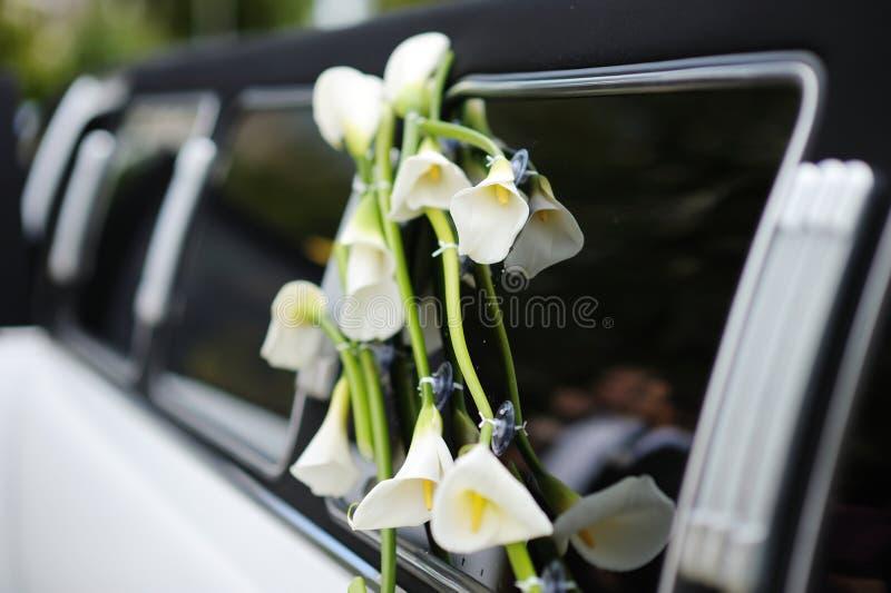 Zwart-witte huwelijkslimo stock foto