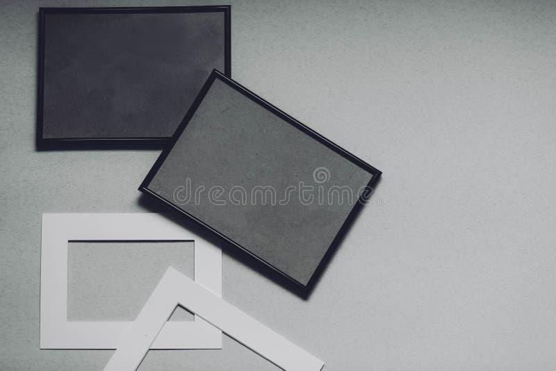 Zwart-witte kaders op een grijze achtergrond stock fotografie
