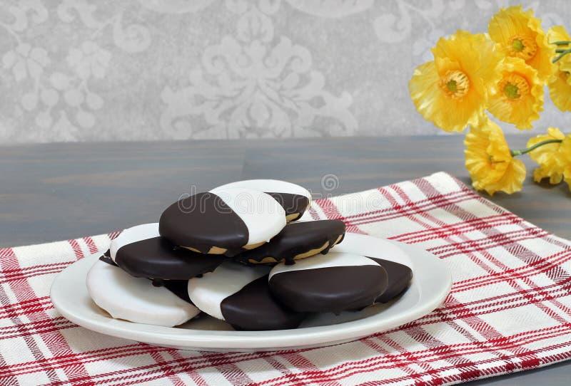 Zwart-witte koekjes op een ovale gestapelde schotel, royalty-vrije stock afbeelding