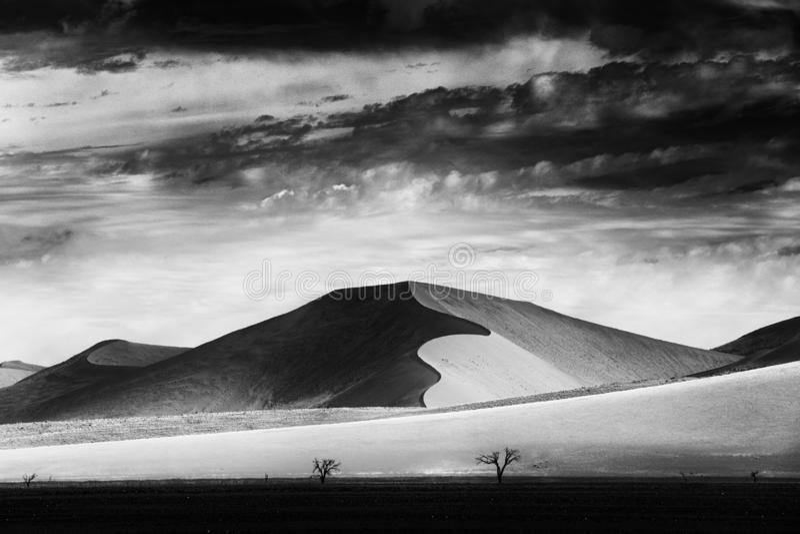Zwart-witte kunst Namibië, Groot oranje duin met blauwe hemel en wolken, Sossusvlei, Namib-woestijn, Namibië, Zuid-Afrika Rood stock afbeeldingen
