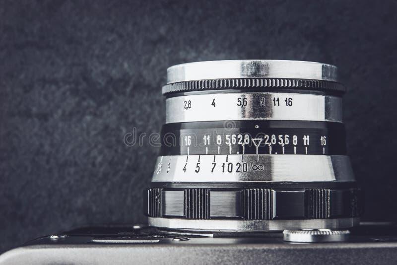 Zwart-witte lens van oude camera stock foto