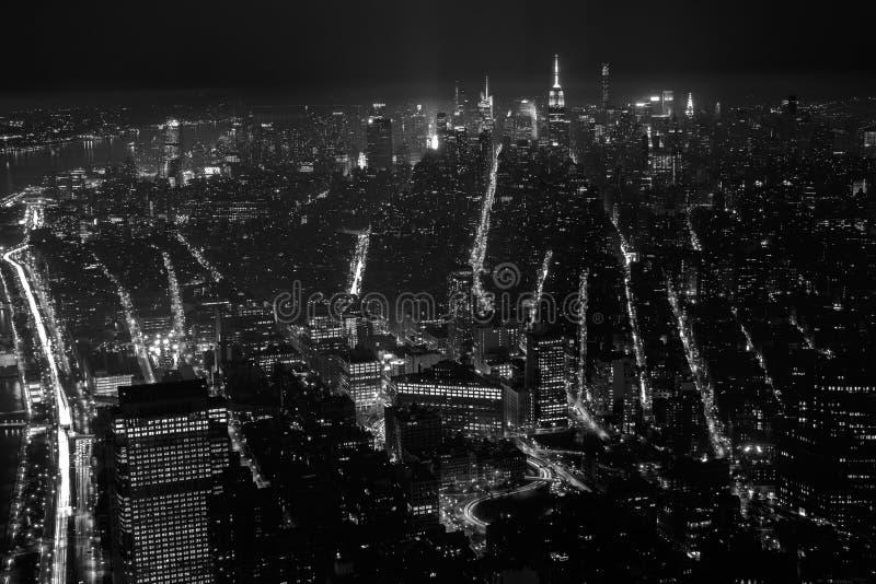 Zwart-witte Luchtmening bij de Stad van New York bij Nacht stock fotografie