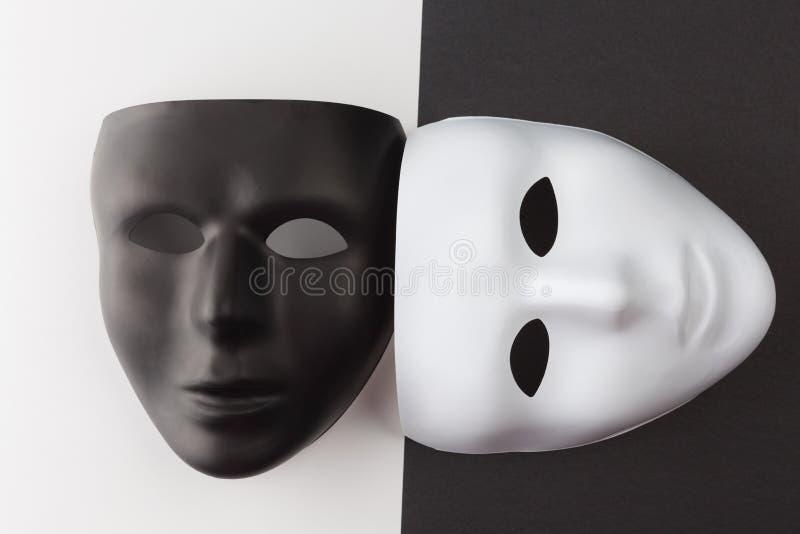 Zwart-witte maskers bij verschillende hoeken stock foto's