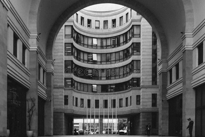Zwart-witte mening van boog aan monumentaal huis royalty-vrije stock fotografie