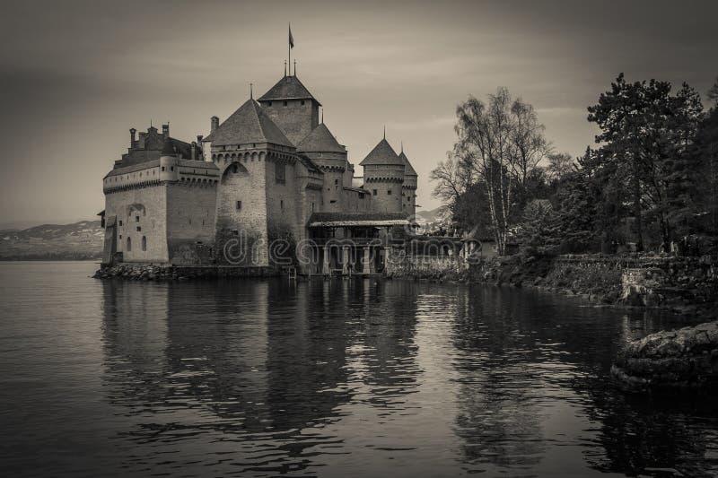Zwart-witte mening van Chillon-kasteel op het Geneve-meer royalty-vrije stock afbeeldingen
