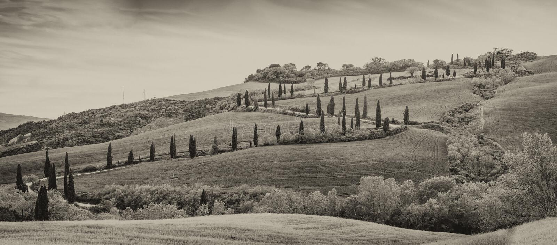 Zwart-witte mening van de de winderige weg en heuvel van Val Dorcia royalty-vrije stock afbeeldingen