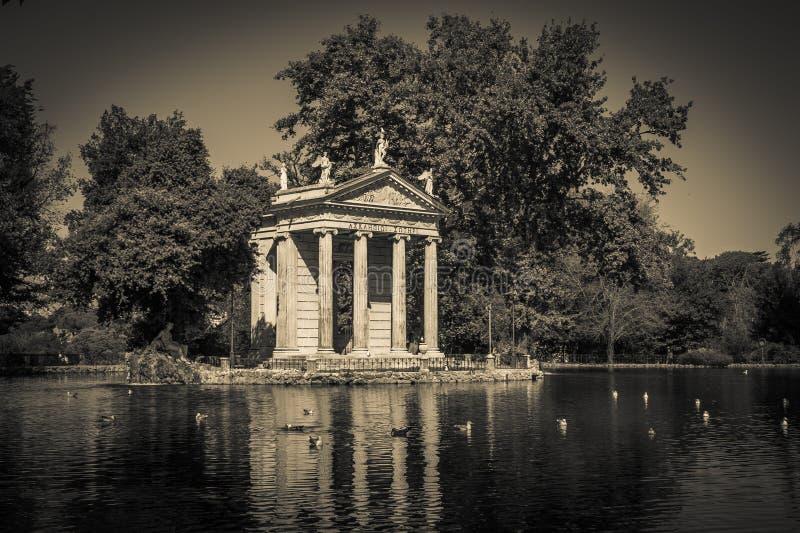Zwart-witte mening van Esculapio-tempel in de tuin van Villa Borghese royalty-vrije stock afbeeldingen