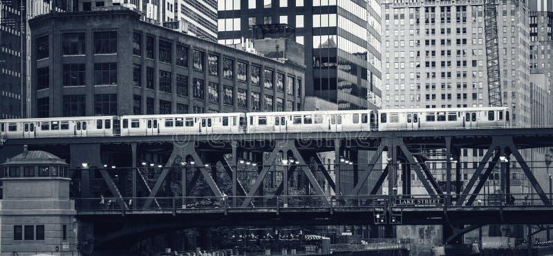 Zwart-witte mening van opgeheven spoorwegtrein in Chicago stock foto