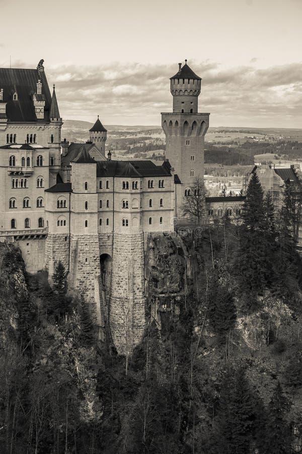 Zwart-witte mening van wereldberoemd Neuschwanstein-Kasteel het romantische paleis van de de 19de eeuw Romaanse die Heropleving v stock afbeelding