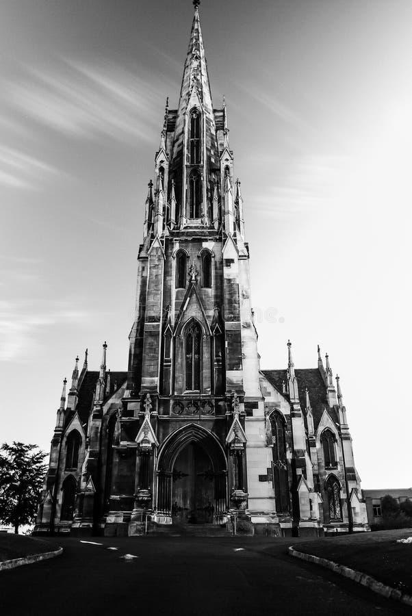 Zwart-witte middeleeuwse steenkerk met lange stupatoren royalty-vrije stock foto