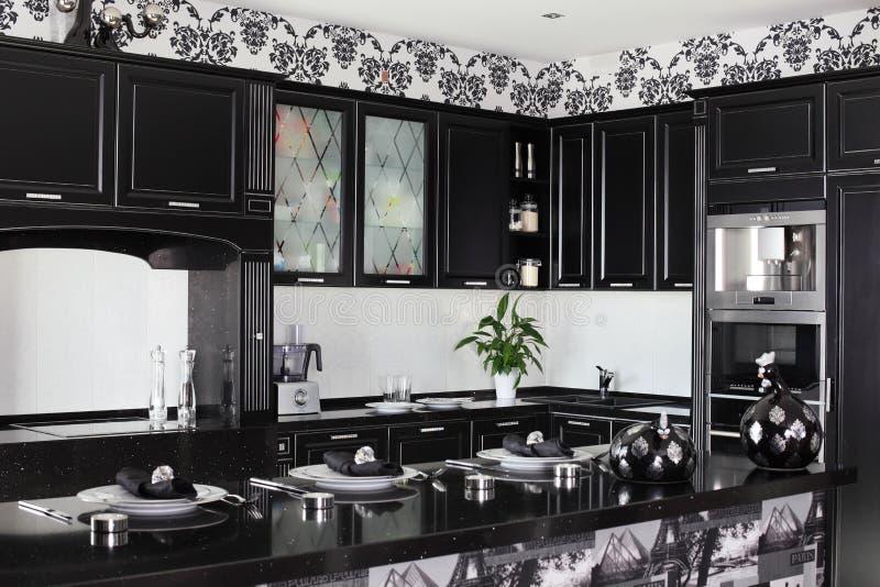 Zwart-witte moderne keuken met modieus meubilair royalty-vrije stock afbeeldingen
