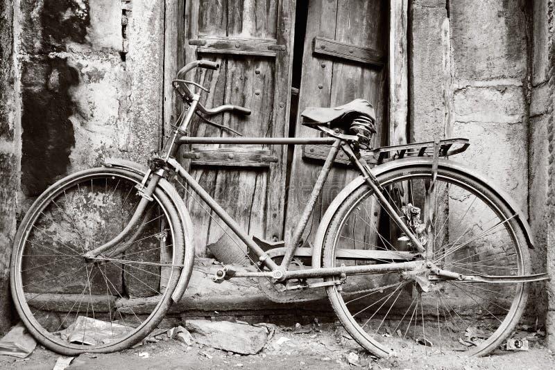 Zwart-witte oude fiets stock foto's