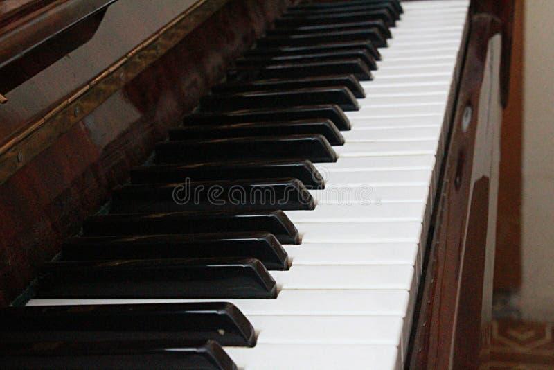 Zwart-witte sleutels, piano, muziek, melodie, muzikaal instrument, schrijvers uit de klassieke oudheid, geluid, art. stock afbeeldingen