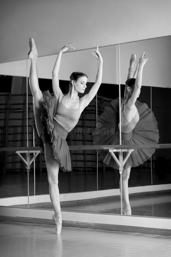 Zwart-witte spruit van mooie dansersballerina royalty-vrije stock afbeelding