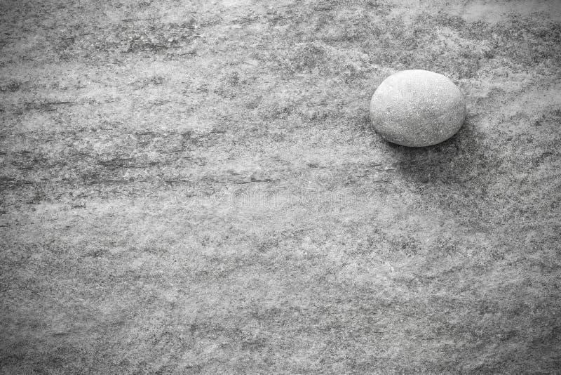 Zwart-witte steen op rots, grunge achtergrond of textuur royalty-vrije stock afbeeldingen