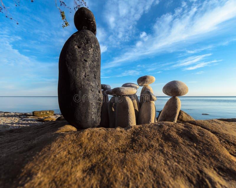 Zwart-witte stenen op de kust royalty-vrije stock fotografie