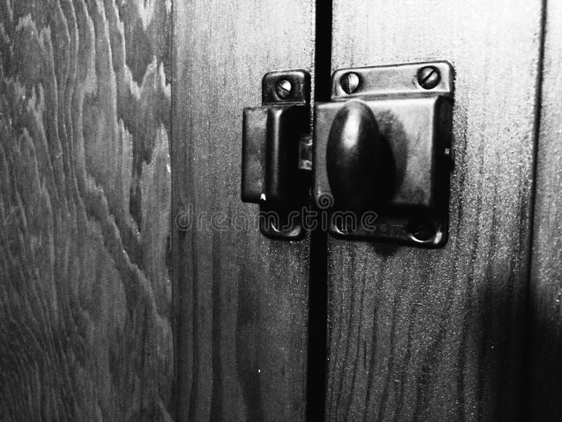 Zwart-witte Uitstekende de Deurklink van de Metaalkast stock foto
