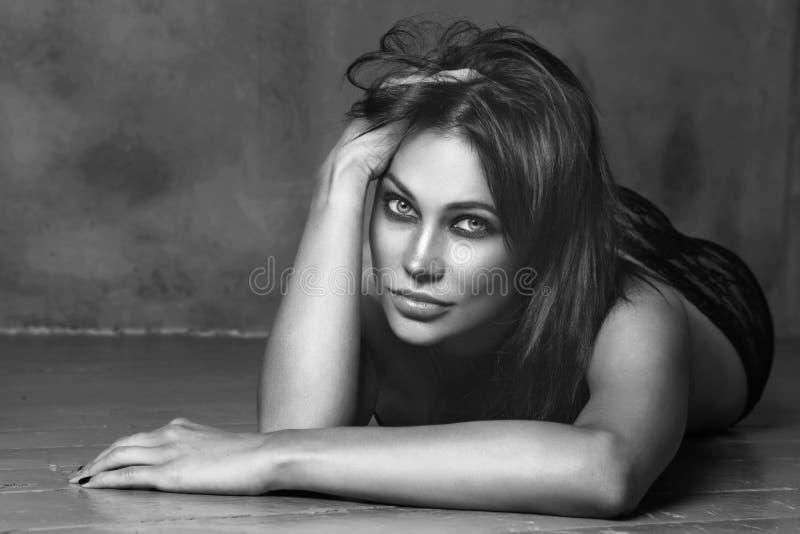 Zwart-witte uitstekende die stijl van mooie sexy vrouw wordt geschoten royalty-vrije stock foto's