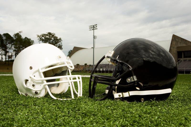 Zwart-witte voetbalhelmen stock fotografie