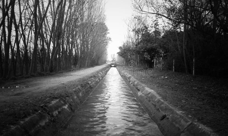 Zwart-witte waterstroom royalty-vrije stock fotografie