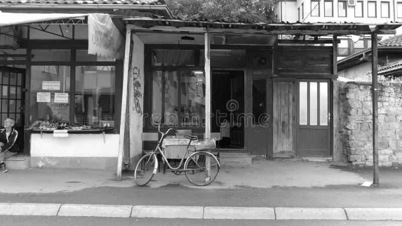 Zwart-witte Weergeven Commerciële Straat in Novi Pazar, Servië stock foto's