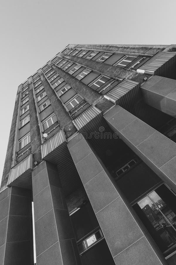 Zwart-witte wolkenkrabber stock foto