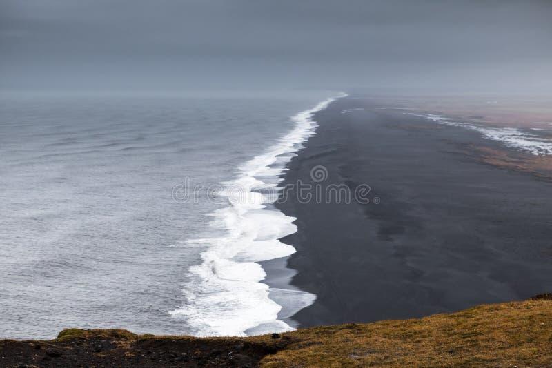 Zwart zand, kust de Noord- van de Atlantische Oceaan stock afbeelding
