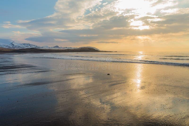 Zwart zandig strand van Brimilsvellir met hemelbezinningen Penisula van Snaefellsnes, IJsland royalty-vrije stock afbeeldingen