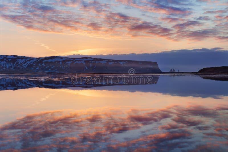 Zwart zandstrand en het onderstel Reynisfjall, Vik, Zuid-IJsland in de winter of de zomer Panoramisch landschap van vulkanische b royalty-vrije stock fotografie