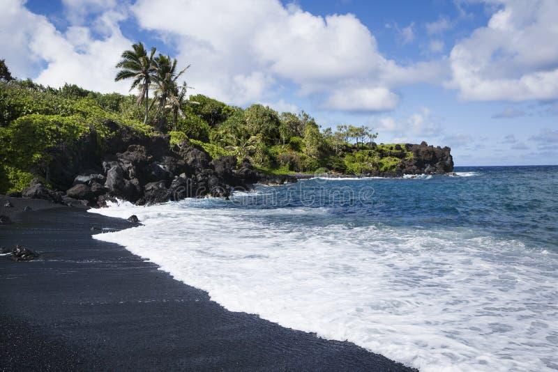 Zwart zandstrand in Maui. stock foto