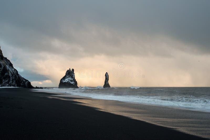 Zwart zandstrand van Reynisfjara en het onderstel Reynisfjall van het Dyrholaey-voorgebergte in de zuidelijke kust van IJsland royalty-vrije stock foto's