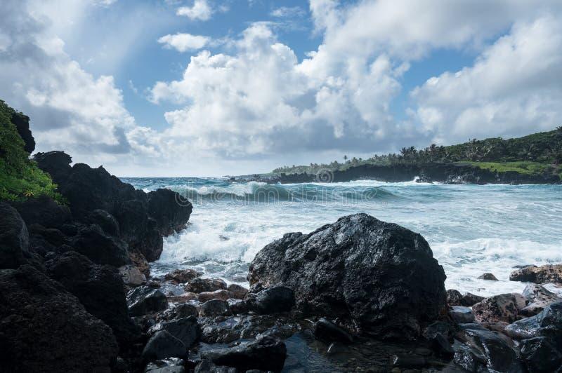 Zwart zandstrand in Waianapanapa op de weg aan Hana in Maui royalty-vrije stock foto