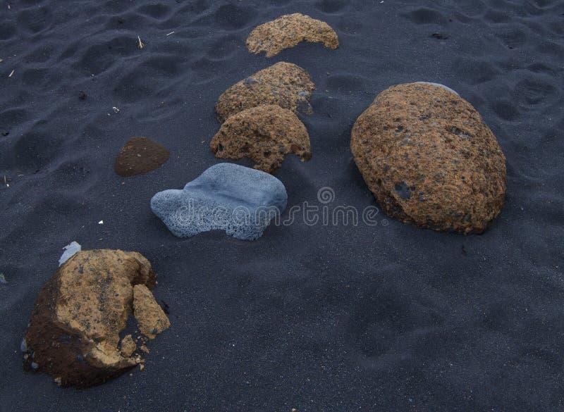 Zwart zandstrand in zuidelijk IJsland Zo vreemd wanneer het zand niet wit bij het strand is stock foto's