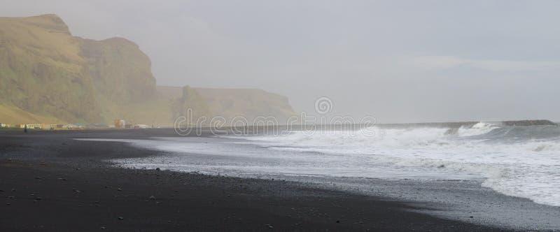 Zwart zandstrand in zuidelijk IJsland Zo vreemd wanneer het zand niet wit bij het strand is royalty-vrije stock fotografie