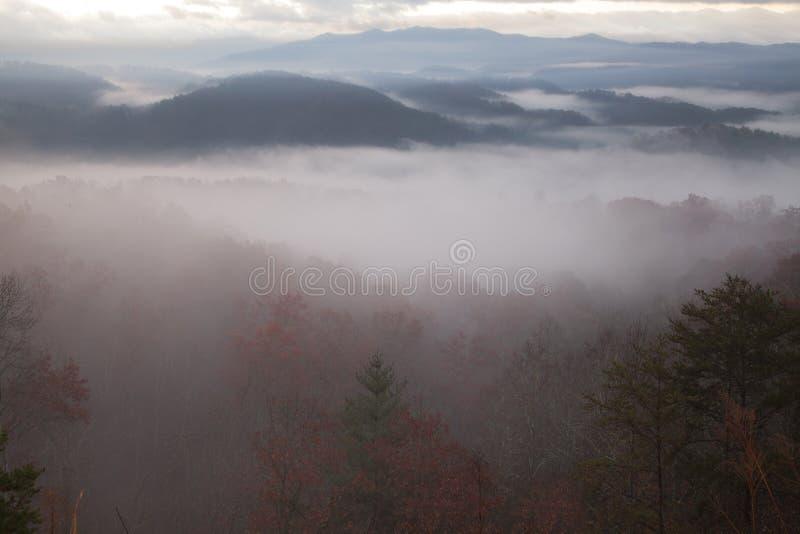 Zwarta ranek mgła nad dymiącymi górami obrazy stock