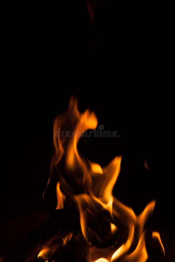 Zwarte achtergrondvlamvorm royalty-vrije stock foto