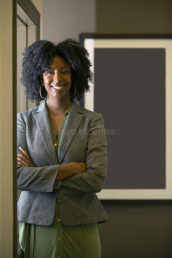 Zwarte Afrikaanse Amerikaanse Vrouwelijke Onderneemster By een Venster royalty-vrije stock foto