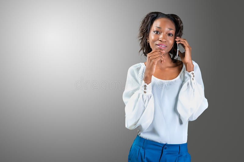 Zwarte Amerikaanse vrouw die mobiele cellphone uitnodigen stock fotografie