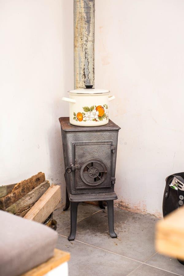 Zwarte antieke open haard in retro woonkamer uitstekend ontwerp royalty-vrije stock foto