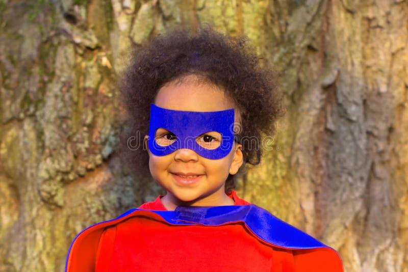 Zwarte baby in super heldenkostuum royalty-vrije stock fotografie