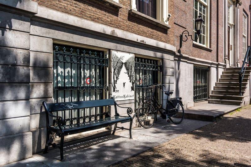 Zwarte bank en fiets bij de vensters royalty-vrije stock fotografie