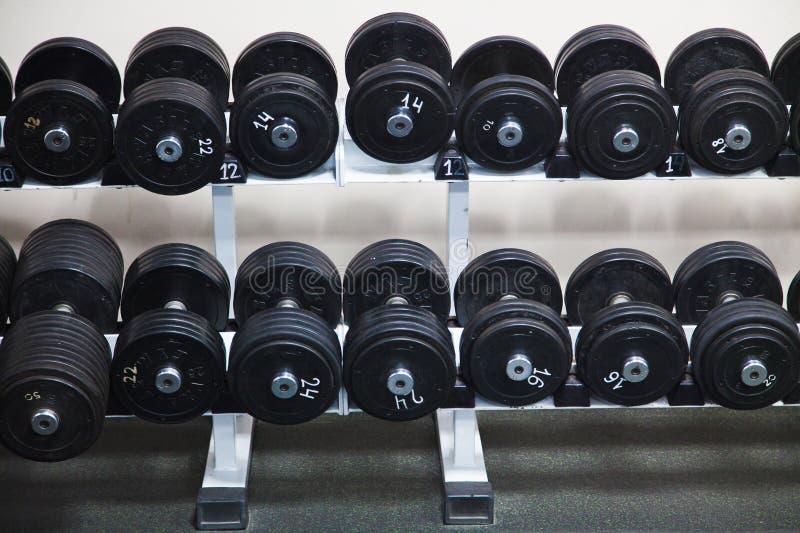 Zwarte Barbells bij de gymnastiek royalty-vrije stock foto