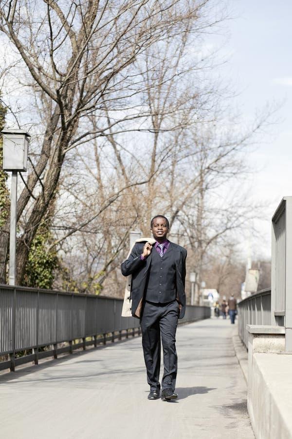 Zwarte bedrijfsmens die op straat loopt royalty-vrije stock foto's