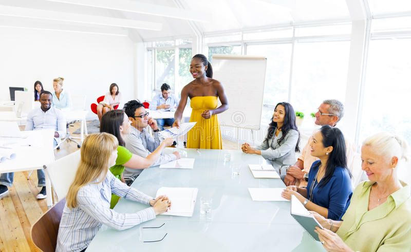 Zwarte Bedrijfsvrouw in conferentie met vennoten royalty-vrije stock foto