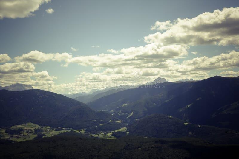 Zwarte Bergketen onder Gray Cloudy Sky tijdens Dag stock foto's