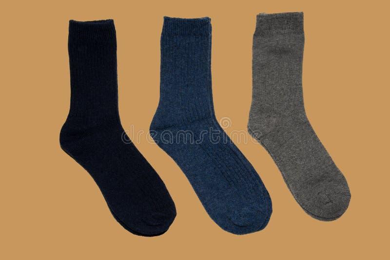 Zwarte, blauwe, grijze sokken op bruine achtergrond royalty-vrije stock foto